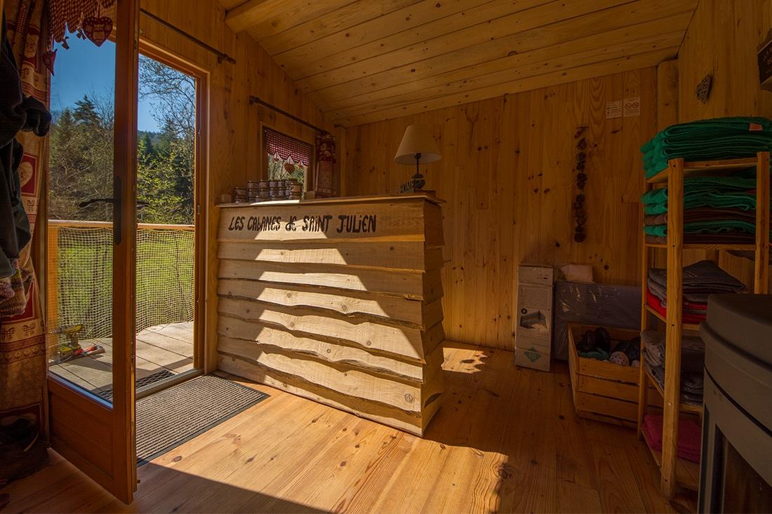 vue cabane accueil les cabanes de Saint-Julien-Vocance